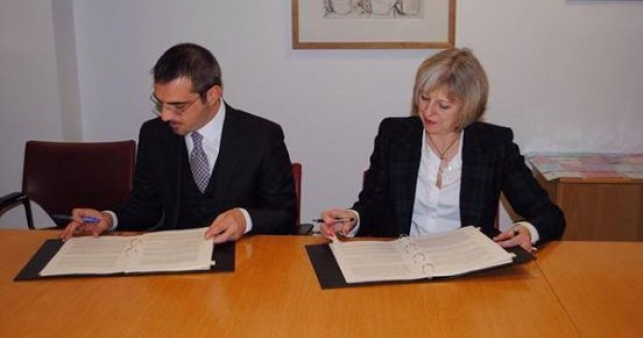 Ministri Tahiri mbrojtësi apo  gjuetari i emigrantëve shqiptarë në Britani?