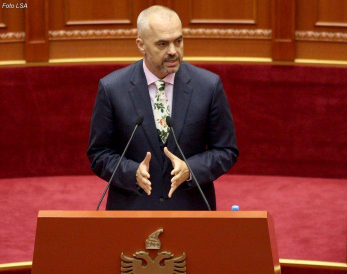 """Kryeministri Edi Rama, duke folur gjate nje seance parlamentare, e cila eshte zhvilluar pa pranine e deputeteve te opozites, te cilet kundershtojne aktin normativ te qeverise per shtyrjen me 6 muaj te zbatimit te ligjit """"Per nepunesin civil""""."""