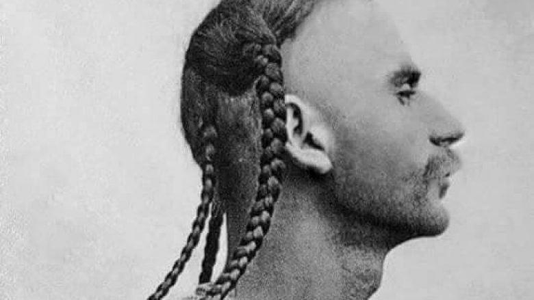 Foto e vitit 1885 e një të riu të Dukagjinit (Malësisë, nën lumin Drin). Fotoja dëshmon një stil unik të flokëve ndër shqiptarë, me katër bishtaleca. Kështu i kanë bërë pjesëtarët e fisit Kelmend, ndërkaq numri katër tek ta ka simbolizuar katër vëllazëritë e këtij fisi: Nikqi, Selca, Vukli dhe Boga