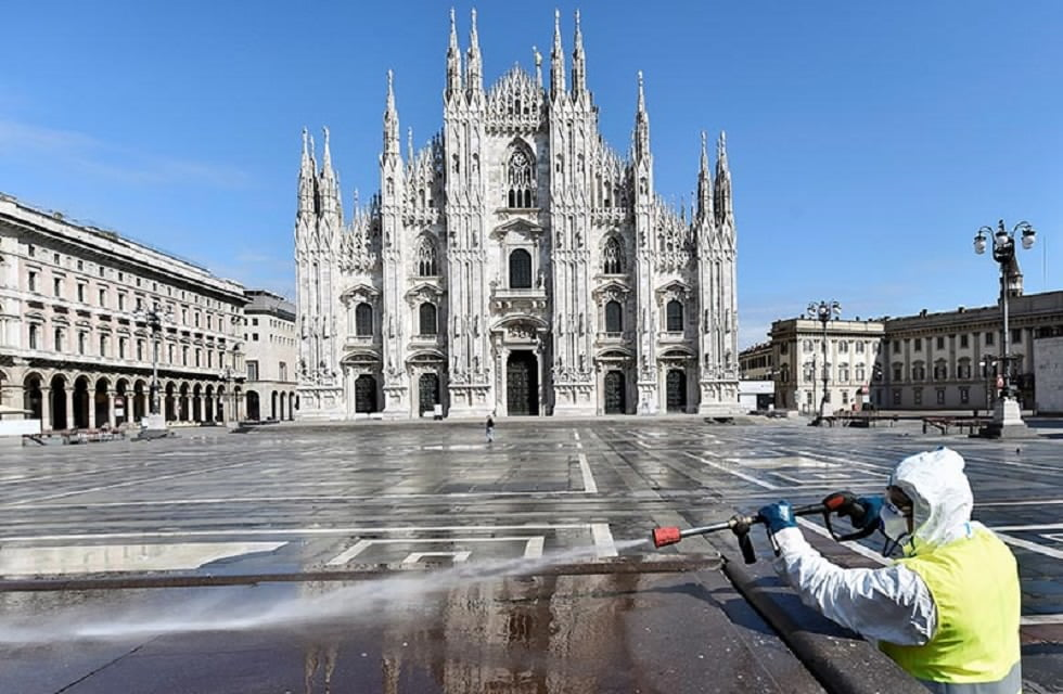 A worker wearing protective garments sanitises the Duomo square, during the coronavirus disease (COVID-19) outbreak in central Milan, Italy March 31, 2020. Photo: Reuters