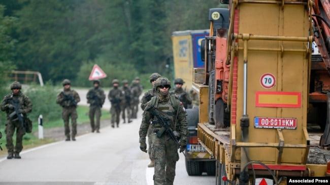 Ushtarë polakë, pjesë e KFOR-it, patrullojnë pranë pikë-kalimit të Jarinjës, në kufirin mes Kosovës dhe Serbisë më 2 tetor 2021. (Foto: AP)